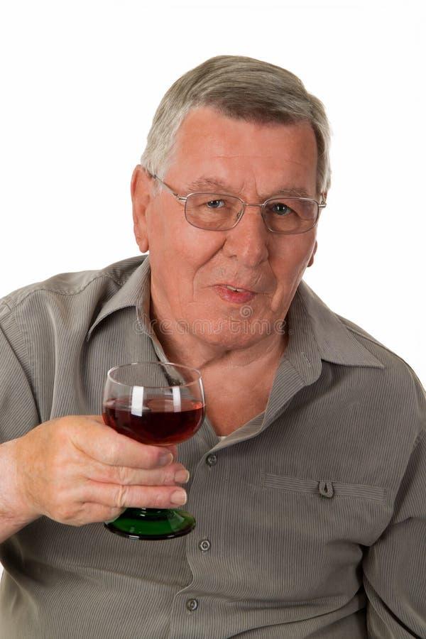 Vieil homme avec le vin rouge photographie stock