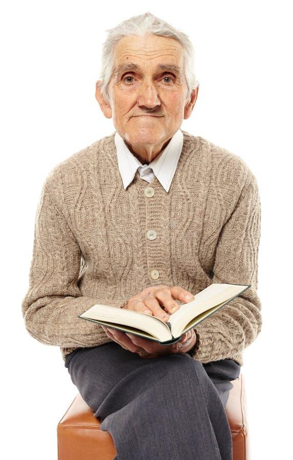 Vieil homme avec un livre photographie stock
