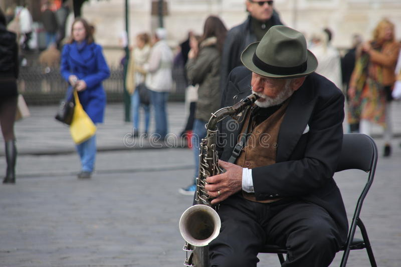 Vieil homme avec une trompette image libre de droits