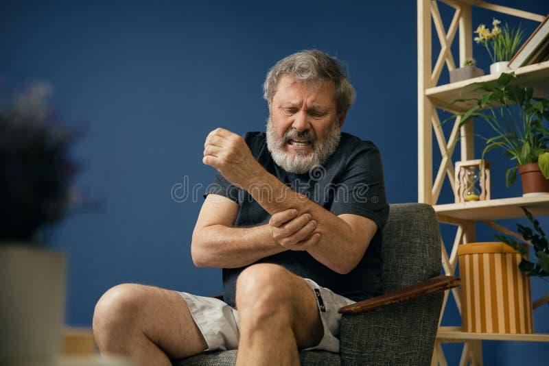 Vieil homme barbu souffrant de la douleur photo libre de droits
