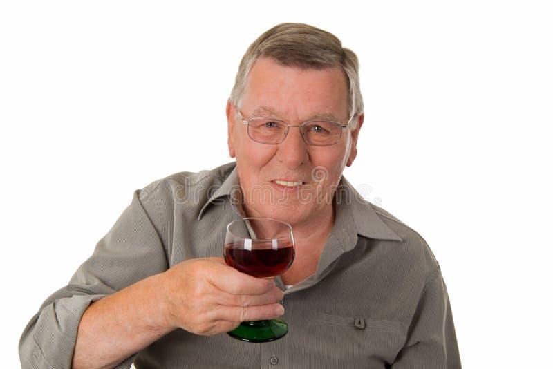 Vieil homme buvant du vin rouge photographie stock libre de droits