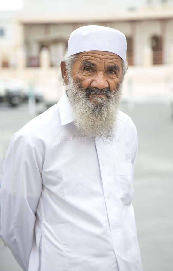 vieil homme chez le Souq Waqif image libre de droits
