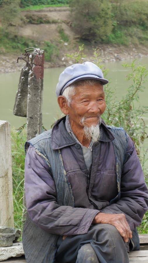 Vieil homme chinois chez Tiger Leaping Gorge photos libres de droits