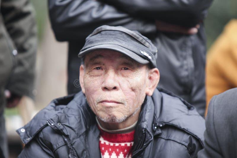 Vieil homme chinois jouant en Chine images libres de droits