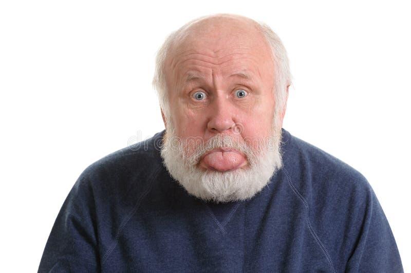 Vieil homme collant sa langue d'isolement sur le blanc photo libre de droits