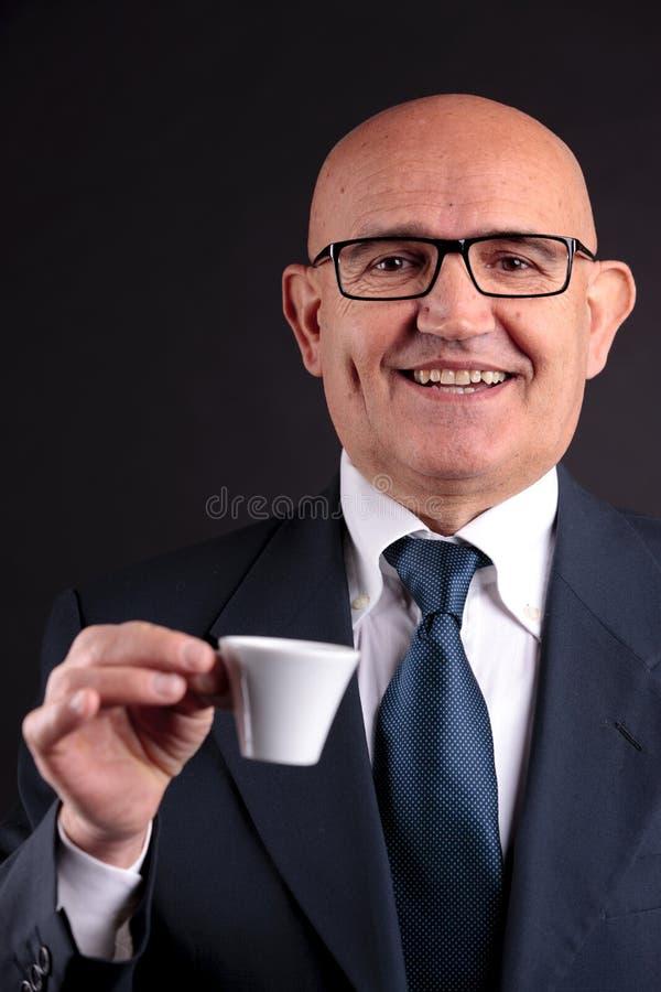 Vieil homme d'affaires avec une tasse de café photos libres de droits