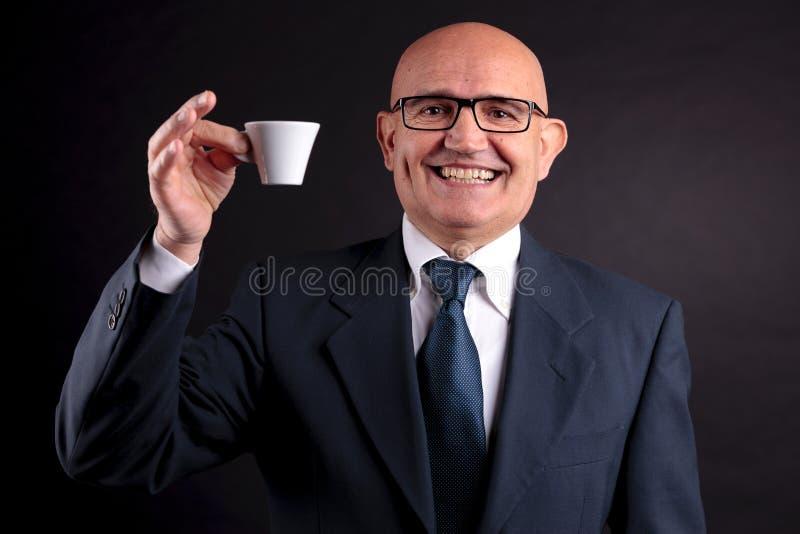 Vieil homme d'affaires avec une tasse de café photographie stock