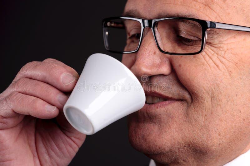 Vieil homme d'affaires avec une tasse de café photographie stock libre de droits