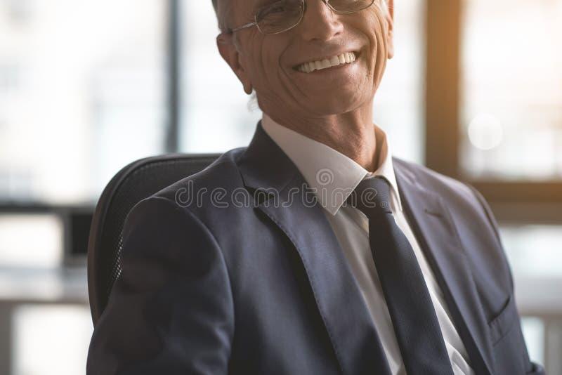 Vieil homme d'affaires de lancement plaçant dans la chambre image stock