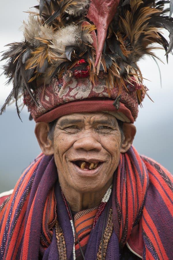 Vieil homme d'ifugao dans la robe nationale à côté des terrasses de riz Banaue, Philippines photo stock