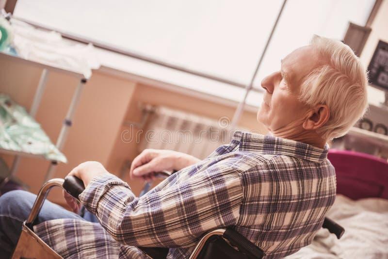 Vieil homme dans l'hôpital photo stock