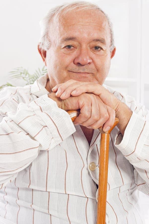 Vieil homme dans l'hôpital photographie stock libre de droits