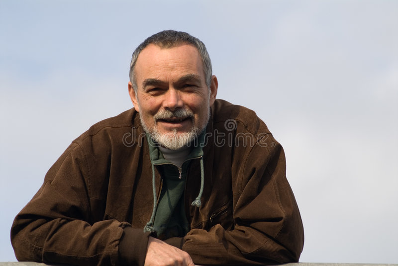 Vieil homme dans la jupe image libre de droits