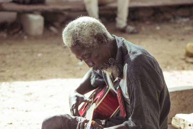 Vieil homme de musique jouant la guitare images stock