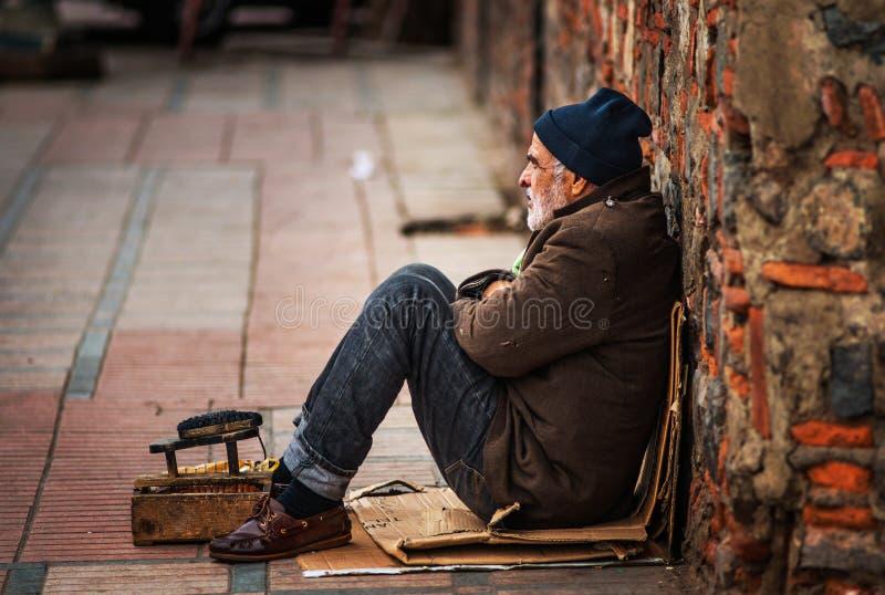Vieil homme de pauvre travailleur sans abri seul de chaussures s'asseyant dans la rue de ville, Marrakech, Maroc photos stock