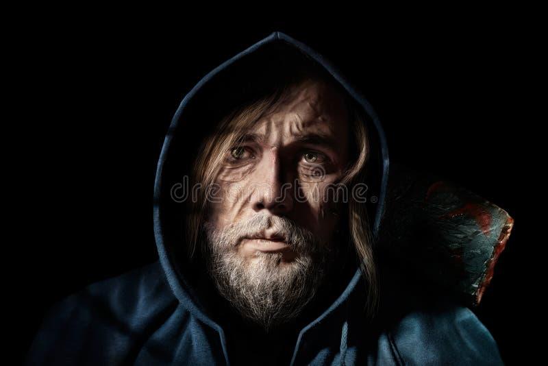 Vieil homme de portrait artistique, de vagabond mystérieux dans le capot photo stock