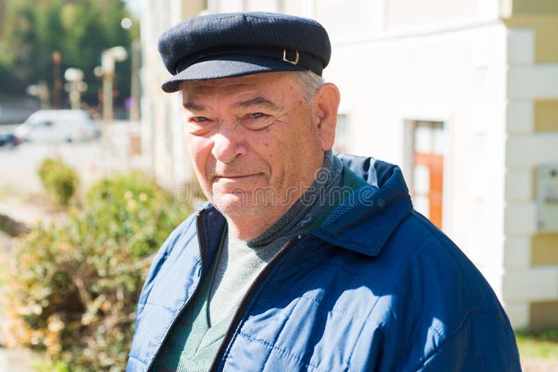 Vieil homme de sourire photo stock