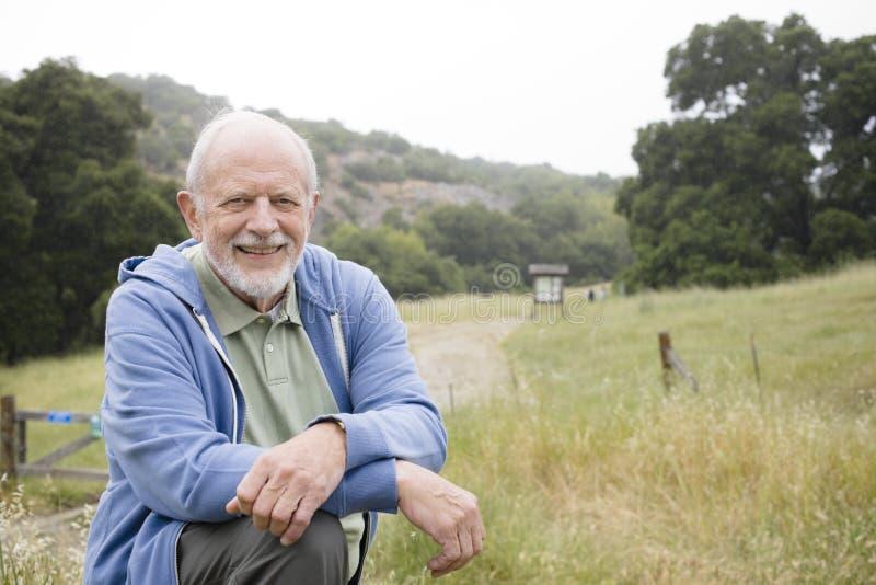 Vieil homme de sourire en nature image stock