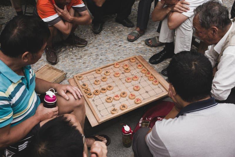 Vieil homme deux jouant le xiangqi chinois d'échecs images stock