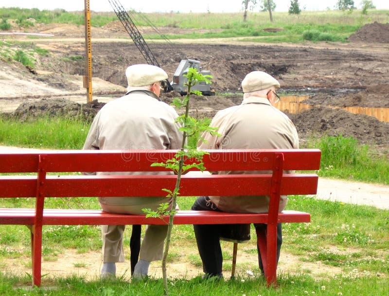 Vieil homme deux s'asseyant sur le banc photo stock