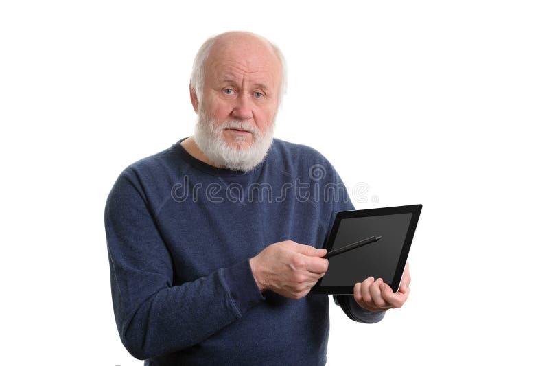 Vieil homme drôle utilisant la tablette d'isolement sur le blanc photo stock