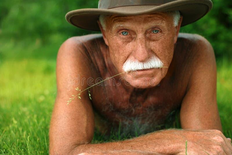 Vieil homme en vacances photographie stock libre de droits