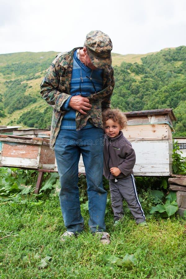 Vieil homme et enfant, la Géorgie Montagnes de Caucase Saison d'été photographie stock libre de droits