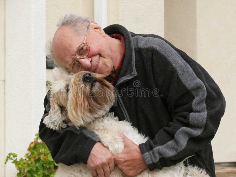 Vieil homme et son crabot image libre de droits