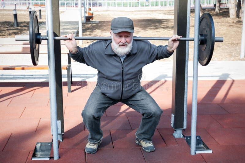 Vieil homme faisant la forme physique photos stock