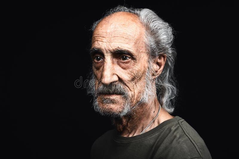 Vieil homme fatigué triste avec beaucoup de rides sur sa mort de attente de visage photo stock