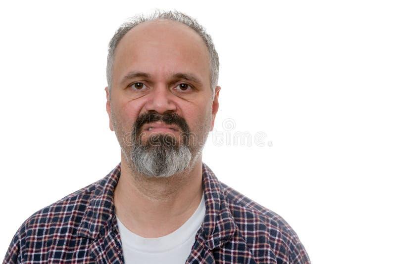 Vieil homme grincheux dans des pyjamas photos libres de droits