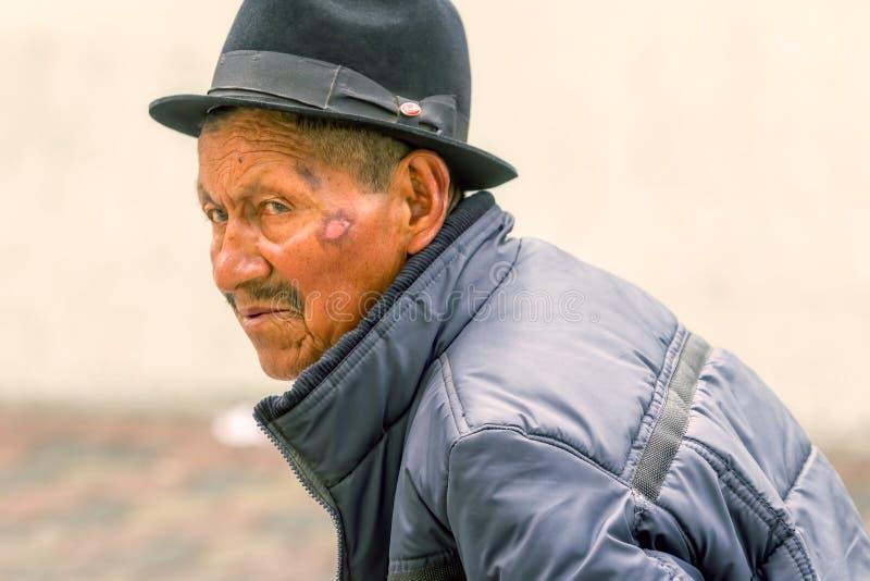 Vieil homme indigène sur les rues de l'Amérique du Sud photo stock