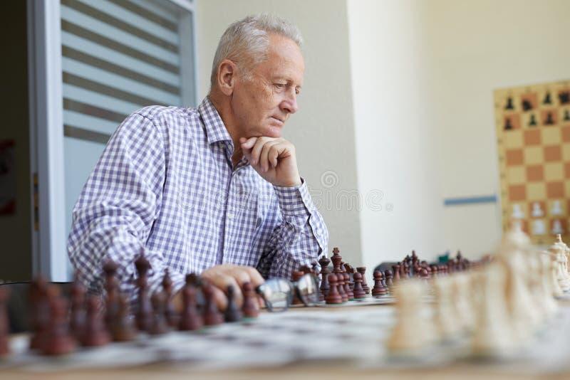 Vieil homme jouant aux ?checs photo stock