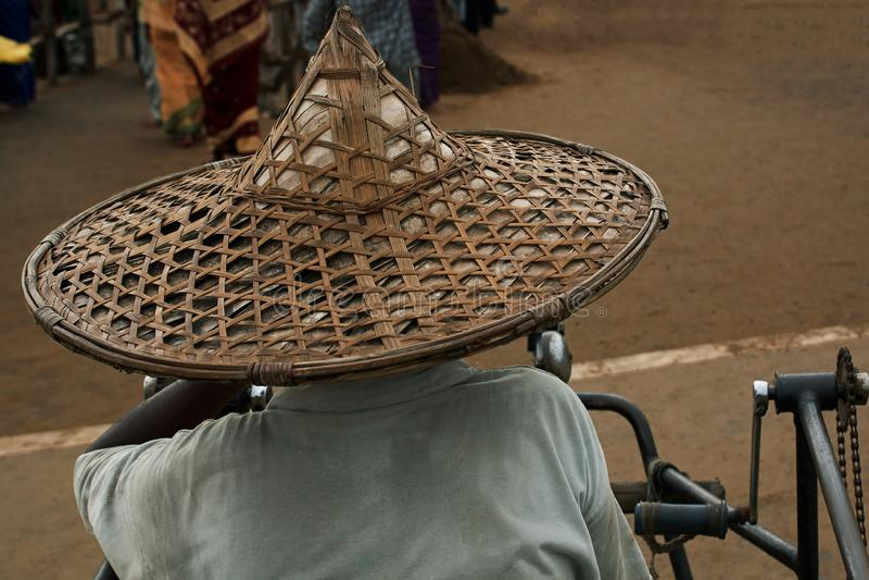 Vieil homme le chapeau paille et en bambou Orissa avec de chapeau de paille d'art et de métier images libres de droits