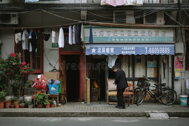 Vieil homme marchant devant sa maison photographie stock libre de droits
