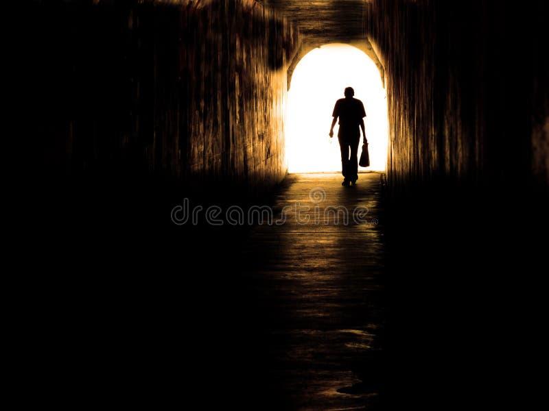 Vieil homme marchant par le tunnel photographie stock libre de droits