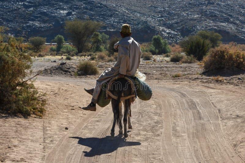 Vieil homme montant un âne au Maroc photo libre de droits
