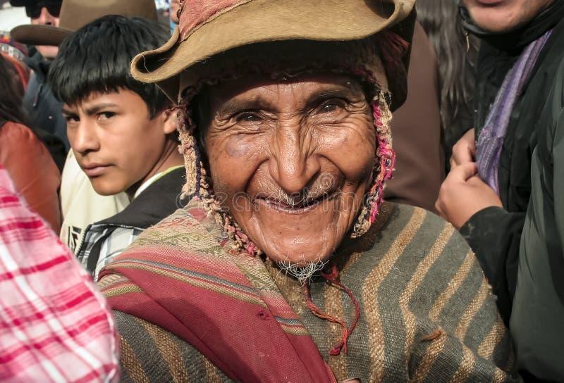 Vieil homme péruvien souriant heureusement avec le visage froissé photos libres de droits