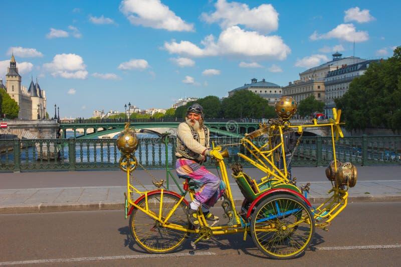 Vieil homme peu commun avec une moustache sur le vélo créatif à Paris photographie stock libre de droits