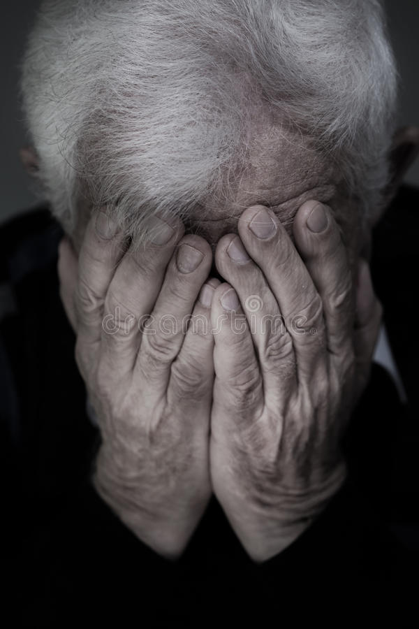 Vieil homme pleurant image libre de droits