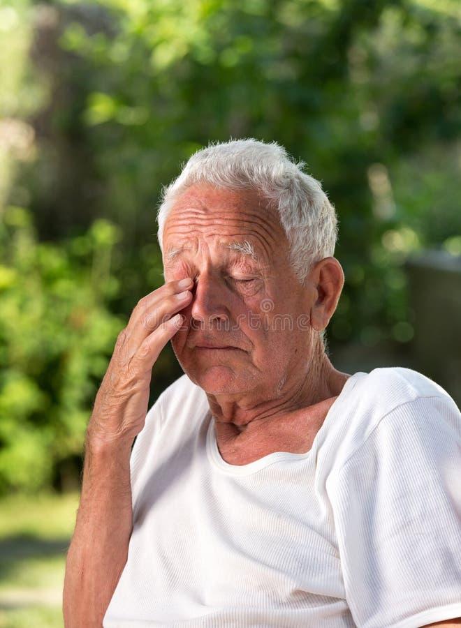 Vieil homme pleurant en parc photo stock