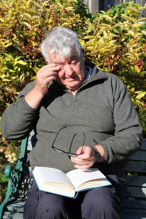 Vieil homme quelque chose dans son oeil. image libre de droits