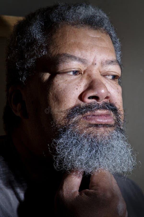 vieil homme regardant vers la gauche photos libres de droits