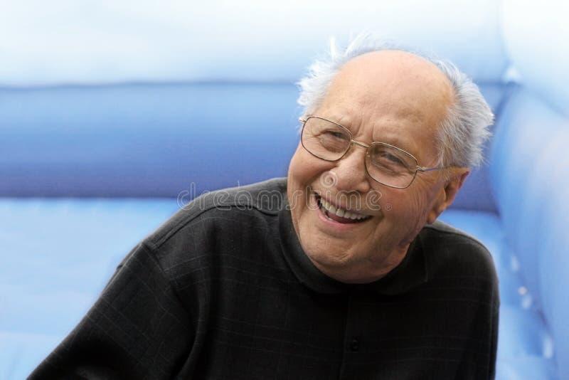 Vieil homme riant photographie stock libre de droits