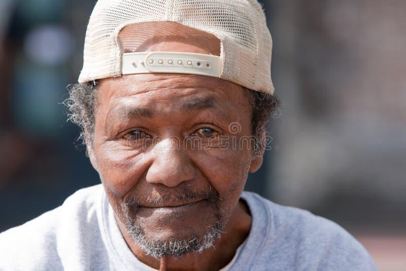 Vieil homme sans abri d'Afro-américain photographie stock libre de droits