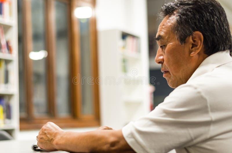 Vieil homme songeur M?le sup?rieur s?rieux avec l'expression du visage r?fl?chie photographie stock
