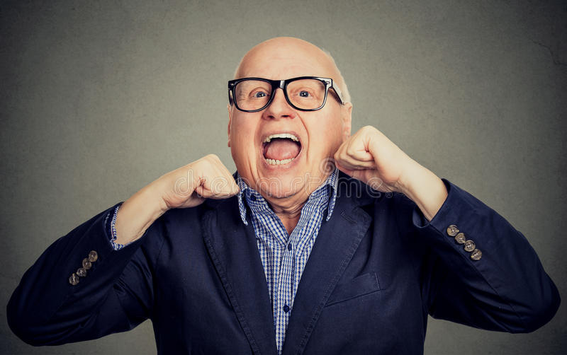 Vieil homme supérieur riant heureux avec des mains  image libre de droits