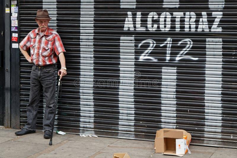Vieil homme sur le marché de ruelle de brique photo libre de droits