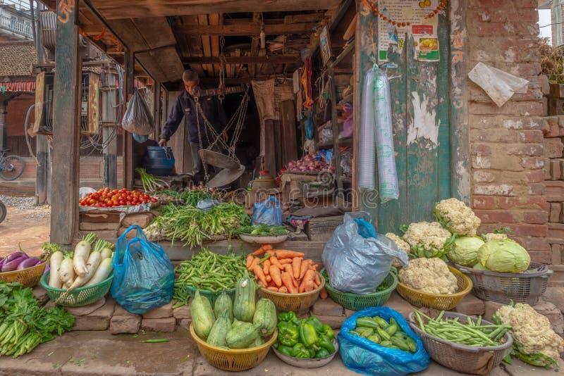 Vieil homme vendant le légume photo libre de droits