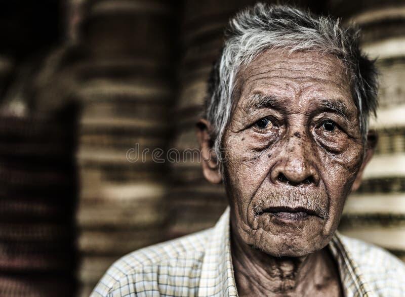Vieil homme vendant le panier sur le marché local dans Sapa, Vietnam images libres de droits